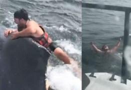Pescador pula no mar para salvar baleia enroscada em corda