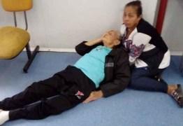 Idoso de 90 anos quebra fêmur após cair de cadeira quebrada em UPA