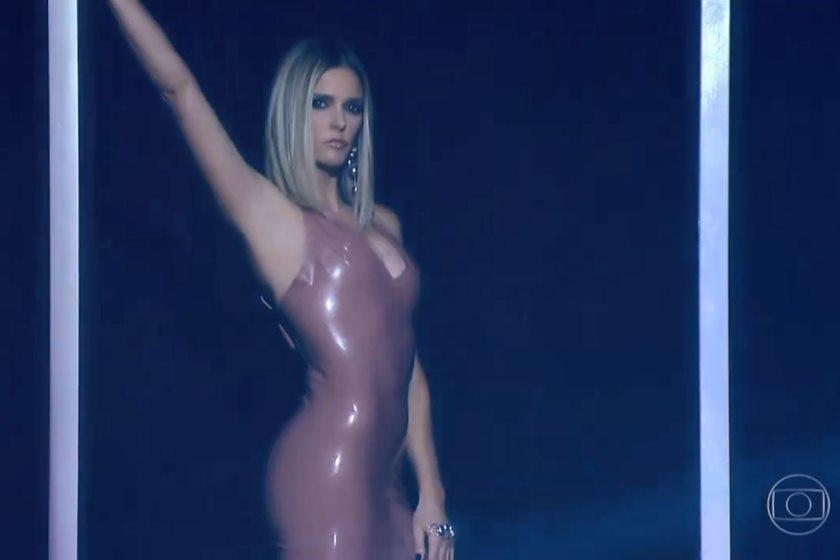 Fernanda Lima revela segredo para entrar em vestido de látex