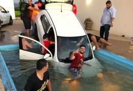VEJA VÍDEO: carro cai em piscina durante festa 'resgate' viraliza na web