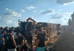 TRAGÉDIA: acidente com ônibus de banda de forró tomba em estrada do Nordeste e deixa um morto – VEJA VÍDEO
