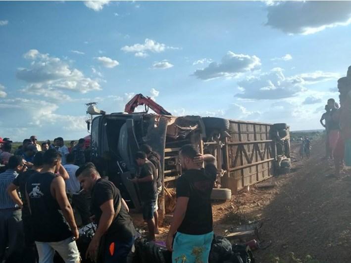 foto2 300x225 - TRAGÉDIA: acidente com ônibus de banda de forró tomba em estrada do Nordeste e deixa um morto - VEJA VÍDEO