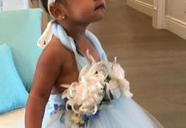 Irmã de Kim Kardashian flagra barata em bolo de aniversário da sobrinha
