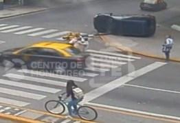 VEJA VÍDEO: mãe e dois filhos se salvam de sequência avassaladora de acidentes