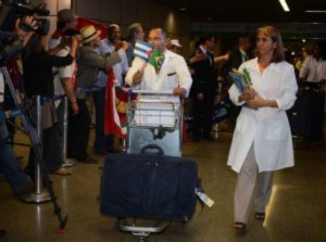medicos cubanos 868x644 300x223 - Médicos Cubanos encerram atividades e iniciam processo para deixar PB
