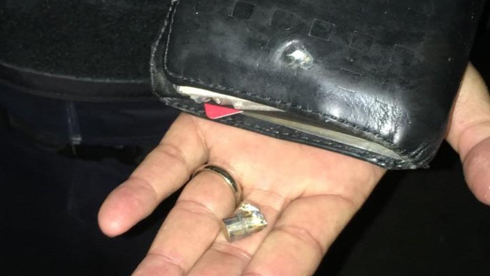 sorte - Policial baleado em assalto é salvo por carteira que estava no bolso, diz polícia