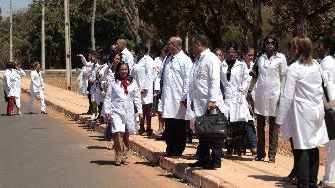 x15155599 BSBBrasilia26 08 2013PAPrograma Mais MedicosMedicos cubanos sao recebid.jpg.pagespeed.ic .UTtfNTy4Sc - Defensoria Pública entra com ação na Justiça para manter regras do Mais Médicos