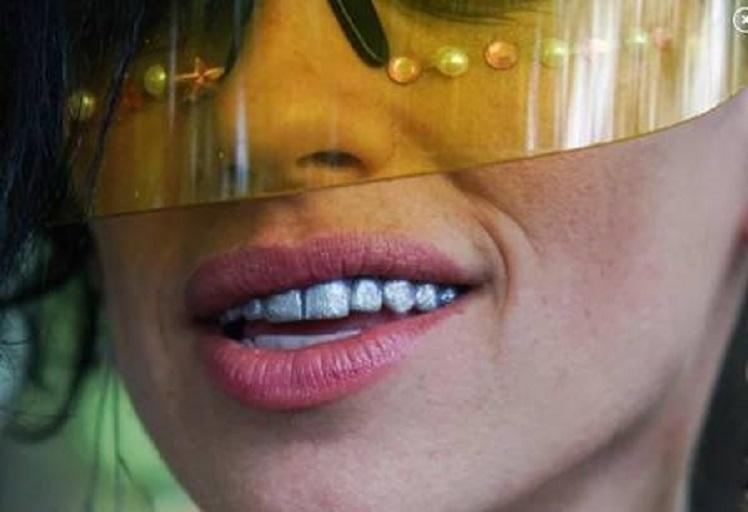 xblog teeeth painting.jpg.pagespeed.ic .CLZhUCHfjF - A nova moda é pintar os dentes com esmalte especial; Conheça