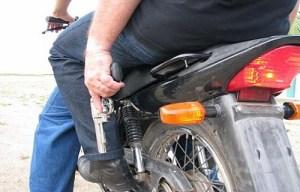8b7fd222b7f943148367255f5c4cd813 motoqueirosarma 300x192 - Vítima de saidinha de banco perde R$ 25 mil
