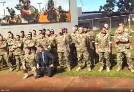 Bolsonaro visita tropa de elite da PF e faz flexões de terno: VEJA VÍDEO