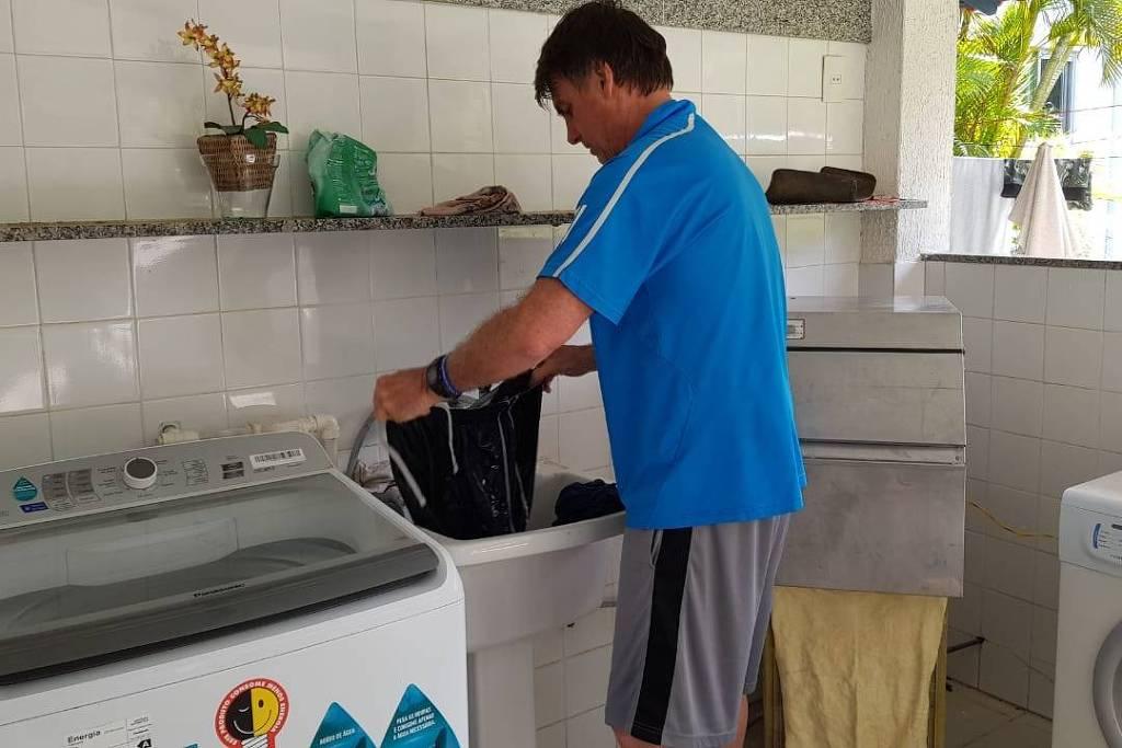 Bolsonaro - Assessoria divulga imagens de Bolsonaro lavando e pendurando roupa no varal