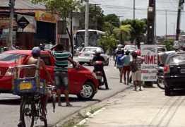 Bandidos tentam assaltar loja em Cruz das Armas, atiram em policial e invadem casa; há reféns