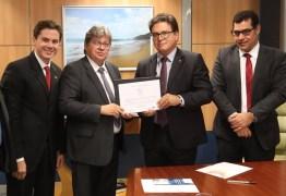 João Azevêdo e Veneziano recebem do Ministério Turismo selo 'Prodetur + Turismo' que garantirá investimentos de R$ 283 milhões na Paraíba