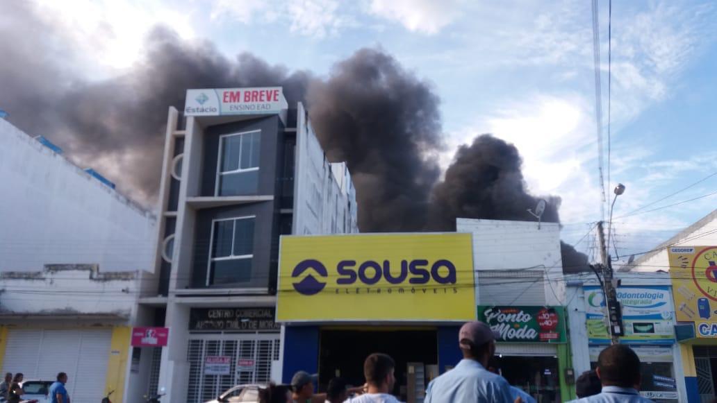 WhatsApp Image 2018 12 20 at 6.13.53 PM - VEJA VÍDEO: Incêndio de grandes proporções atinge lojas no centro de Uiraúna