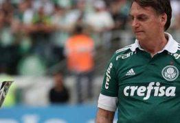 Bolsonaro assiste vitória do Palmeiras e entrega taça de campeão