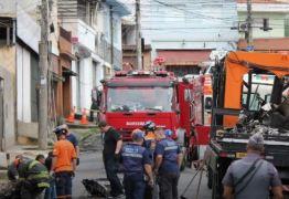 Destroços de avião são removidos de área residencial em São Paulo