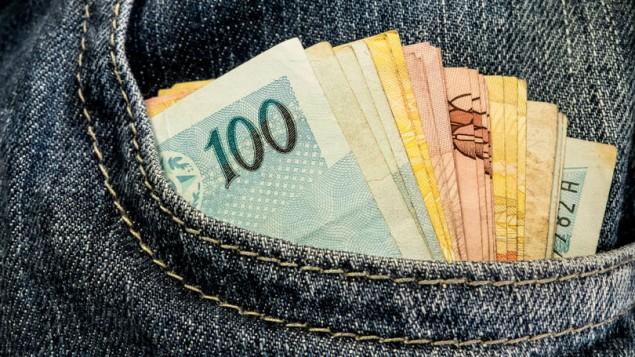 dinheiro na crise e1490131257795 - Governo da PB injeta quase R$ 1 bilhão na economia em menos de 30 dias com o pagamento de salários e abonos