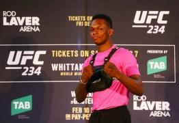 Israel Adesanya segue provocando Anderson Silva após confirmação de luta com ex-campeão