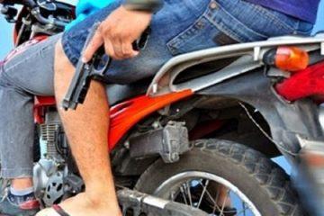 moto com arma 700x418 533x300 - CRIME: Homem é assassinado com tiros na cabeça e no tórax em João Pessoa