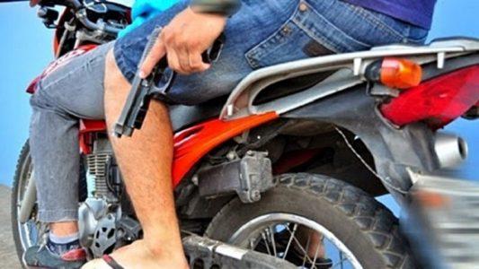 moto com arma 700x418 533x300 - Ex-policial é vítima de tentativa de homicídio em Pombal