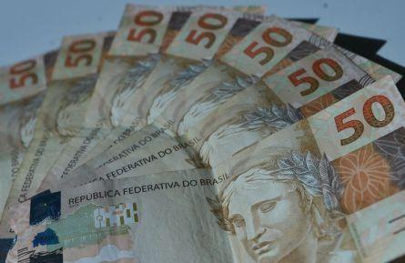notas real 50 2 de 1 4 300x195 - Cesta de compras para renda mais baixa fica 0,25% mais barata