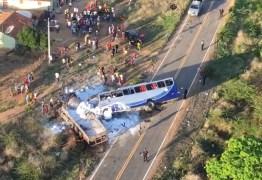 Ônibus com romeiros colide com caminhão e deixa cinco mortos e 25 feridos