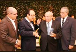 Sicredi homenageia o presidente da Unimed Norte/Nordeste Reginaldo Tavares de Albuquerque