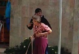 VEJA O MOMENTO: Assaltante rouba joalheria, faz idosa refém e é morto por PM na rua
