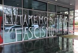 Fachada da embaixada em Berlim pichada com os dizeres 'Lutaremos contra o fascismo no Brasil'