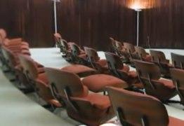AMEAÇA COMUNISTA? Bolsonaro troca cadeiras vermelhas por cadeiras azuis no Alvorada