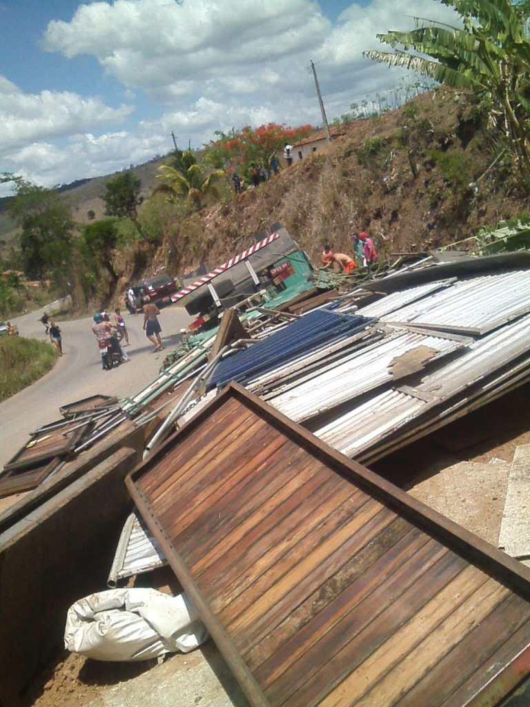 Acidente Serra de Pilões - Caminhão transportando camarotes para Festa da Luz tomba e capota na serra de Pilões; duas pessoas morrem