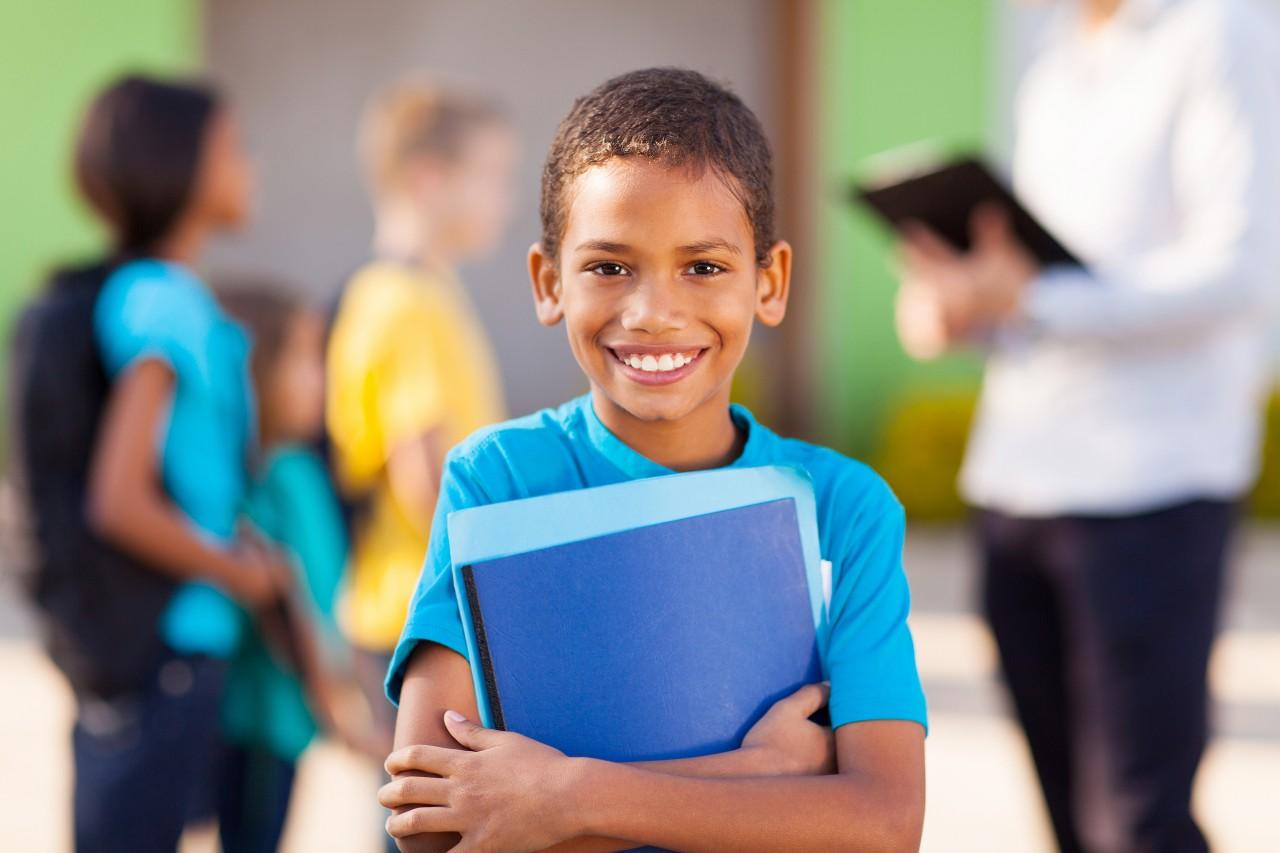 CRIANÇAS 1 - Ensino bilíngue pode trazer inúmeros benefícios na vida escolar de uma criança