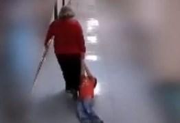 VEJA VÍDEO: Professora arrasta aluno com autismo dentro de escola e é demitida