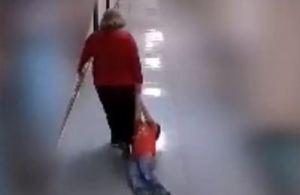 Capturar 6 300x195 - VEJA VÍDEO: Professora arrasta aluno com autismo dentro de escola e é demitida