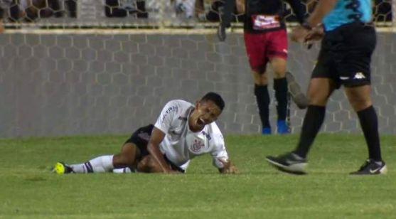 Jogadorr 300x166 - Veja  vídeo: Paraibano sofre fratura exposta durante jogo e deixa gramado chorando