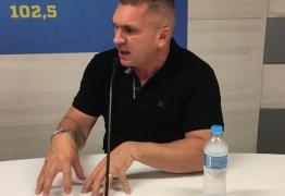 """""""A maioria dos políticos trabalha como um ilusionista"""", afirma Julian Lemos"""