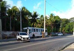 NA PRINCIPAL DOS BANCÁRIOS: Motorista perde controle de carro e provoca acidente em João pessoa