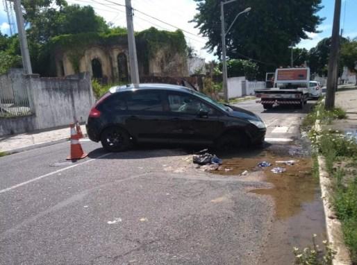 carro 300x223 - Carro cai em buraco aberto por vazamento de água, em João Pessoa