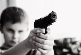 Menino de 7 anos pega arma do avô, faz disparo e morre