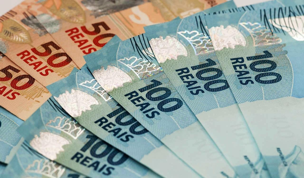 dinheiro 100 50 - Governo reajusta piso salarial do magistério a partir de janeiro