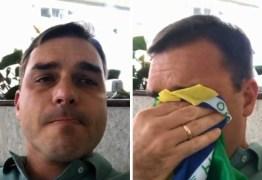 Internautas transformam vídeo de Flávio Bolsonaro chorando em meme – Veja Vídeo