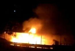 Barco de pesca pega fogo em Cabedelo