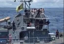 """VEJA VÍDEO: Militares são flagrados dançando hit """"O nome dela é Jenifer"""" em navio oficial da Marinha"""