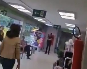 CONTRA A PAREDE? Moro é questionado sobre Queiroz em fila de supermercado – VEJA VÍDEO