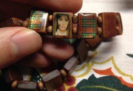 Senhora rezava para pulseira do Rebeldes achando que eram santos