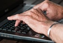 Pesquisa diz que idosos compartilham sete vezes mais notícias falsas do que jovens no Facebook
