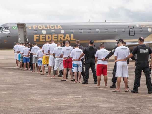 tranferencia - Presos são levados do Ceará para penitenciária no Rio Grande do Norte