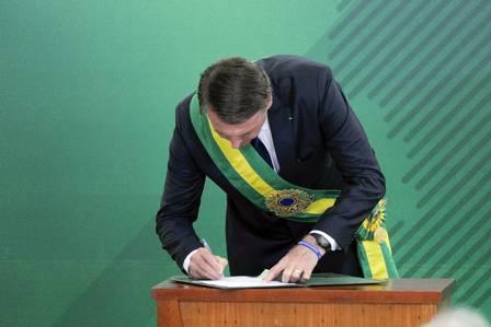 705ee0bd499 Relógio usado por Bolsonaro na posse é vendido a R  20 em camelôs do ...