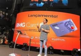 Pastor e cantor gospel lança cartão de crédito no culto e revolta internautas