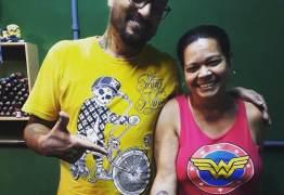 """""""GOSTO MUITO"""": Mulher tatua pênis no antebraço e comemora resultado"""